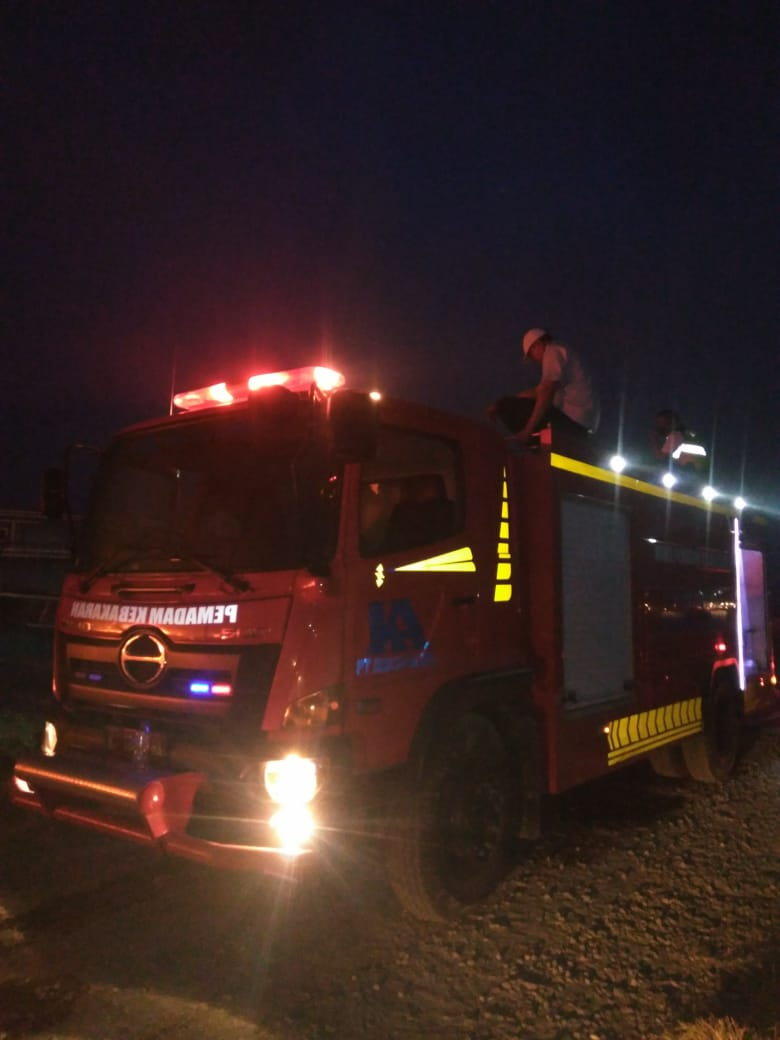 Tim Tanggap Darurat PG Trangkil aktif memadamkan kebakaran kapal Juana, Pabrik Tepung, Rumah, Toko A