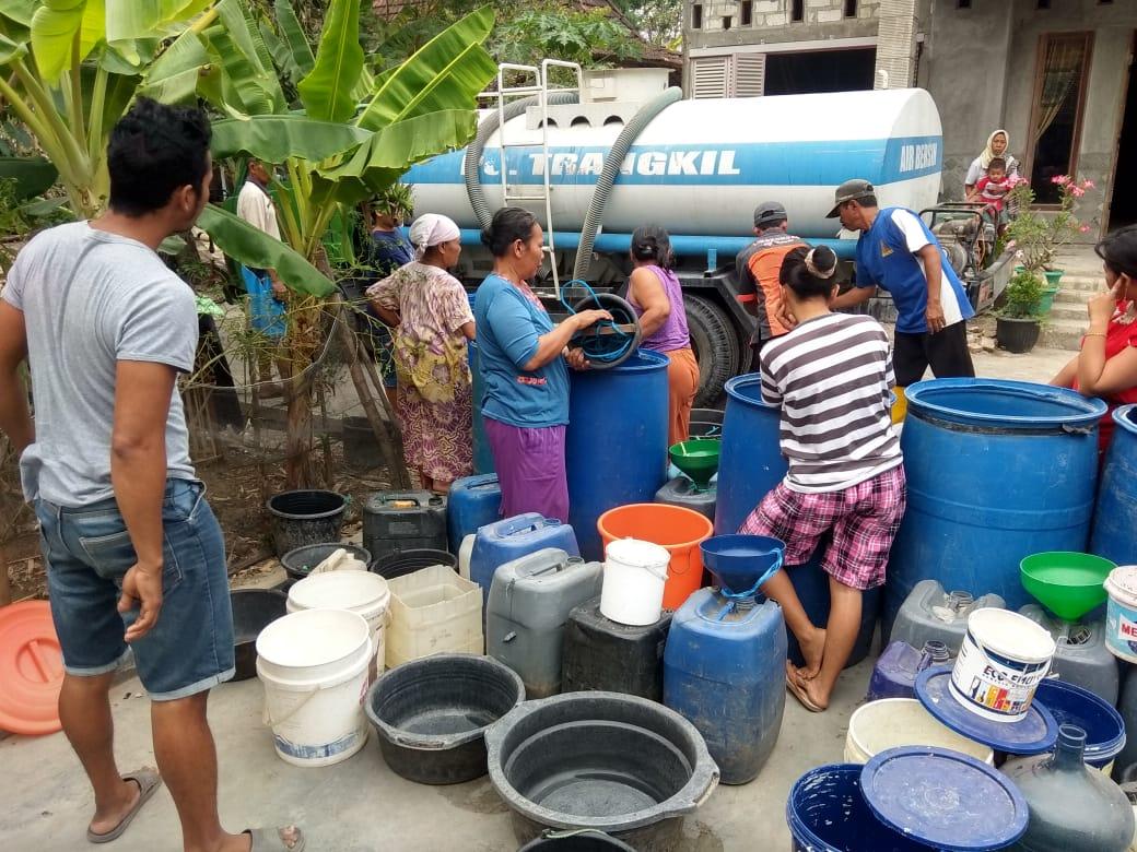 Melalui Tim Tanggap Darurat PG Trangkil bersama Pemkab Pati pendistribusian air bersih warga